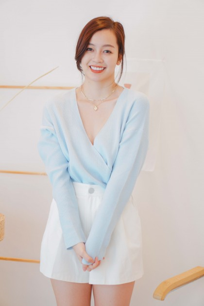 Iced Glare V Neck Long Sleeve Knit Top in Blue